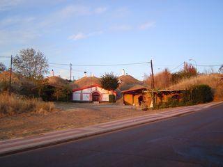 Maisons semi enterrées à la sortie de Léon